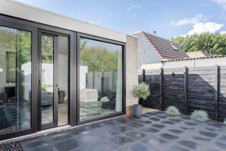 Select Windows Drachten - Trendy zwarte Kunststof schuifpui met hordeur in Leeuwarden - energie kozijn