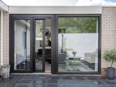 Select Windows Drachten - Trendy zwarte Kunststof schuifpui met hordeur in Leeuwarden