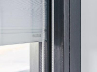 Select Windows Drachten - Zwarte kozijnen in Leeuwaren. Ook werd er screenline geplaatst. De plissé gordijnen zitten tússen het isolatieglas.